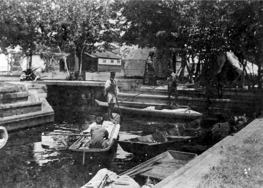 Black and White photo of Seminole traders in boats near trading post